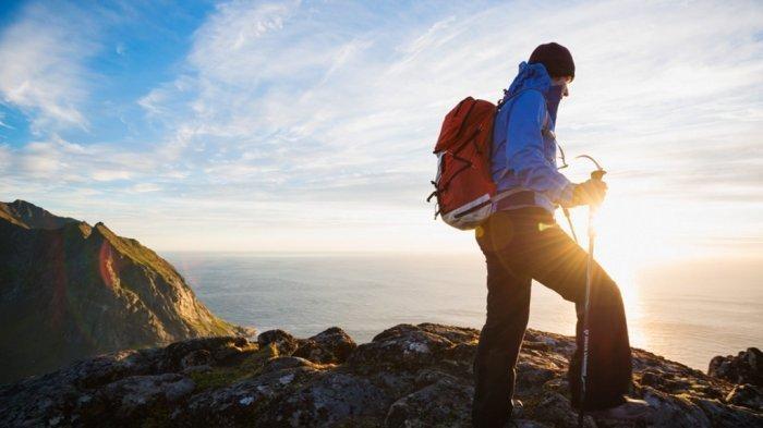 7 Tips Mendaki Gunung di Malam Hari, Kenakan Pakaian Berlapis dan Bawa Lonceng